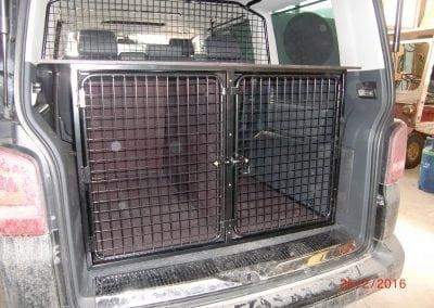 Innebygd hundebur i bil